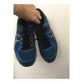 Blå asics sportssko. Størrelse 39