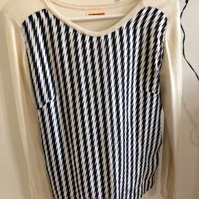 Kun brugt en enkelt gang.    Smuk forside i 100% silke Ærmer og ryg i strik 45% uld - 35% nylon - 20% silke  #30dayssellout