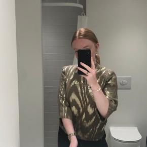Super fin bluse der skinner lidt ✨  Sælges fordi den er for lille til mig