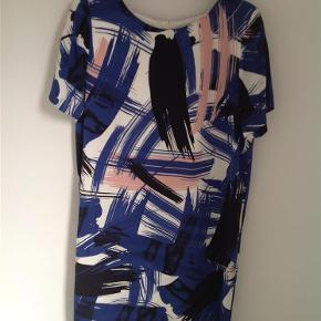 Flot kjole sidder rigtig godt. Stor i størrelsen, så kan også bruges af str. 40.  Kjole Farve: Blå Oprindelig købspris: 800 kr.