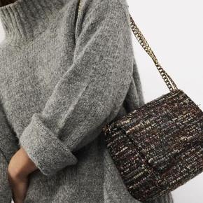 Super flot taske i modellen Nari. Udsolgt næsten alle steder. Brugt 1 gang. Kan bæres både crossbody og over skulderen, som ses på billedet. Byd!