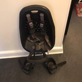 Cykelsadel til børn. Fastspændes foran på cykel, og sadlen kan låses fast på cyklen med tilhørende nøgle. Man kan betale med mobilepay. Mærke: Thule Yepp
