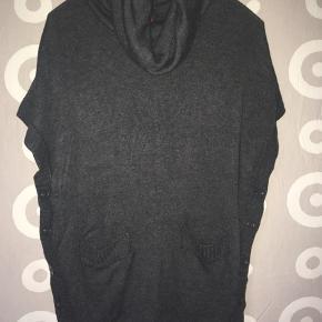 Lækker varm justerbar (Knappe funktion i siderne.) trøje med rullekrave i mørkegrå sælges! 😊 Behageligt stof og behagelig, at have på. 😊 Mvh Julia Maria.