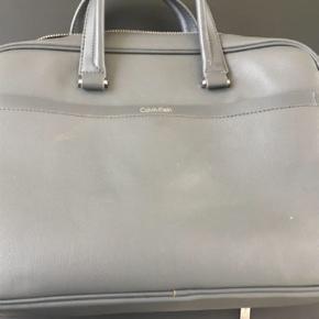 pc taske, mål 40x 30.... flot taske med mange rum, aftagelig rem. Kan bruges både af mænd og kvinder... brugt 1-3 gange