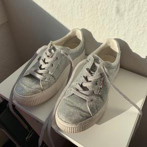 Fedeste glimmer sneakers  Prisen er fast uden fragt.    #30dayssellout
