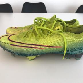 Lyserøde Nike er i 44 og de andre er 45