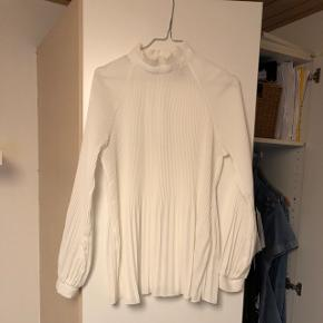Hvid skjorte/bluse i str. S fra ICHI. Skjorten er brugt få gange og fremstår derfor som ny.