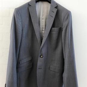Varetype: Blazer Farve: Grå Oprindelig købspris: 2795 kr.  Model Nedvin