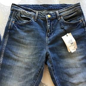"""Super lækre jeans i en rå vask, nye! Størrelse: 27"""" Farve: indigo heavy enzyme Oprindelig købspris: 1100 kr.  Jeans i lækker blå farve med råt look. Nye og med tags. Kan evt. prøves på i Odense C. De er almindelige i str.  Liv: 2 x 40 cm - målt lige over Indvendig ben: 82 cm Højde på liv: 25 cm - målt foran"""