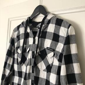 Fin jakke/bluse med hætte! ✨ Str L, men er lille i størrelsen - passer s/m!
