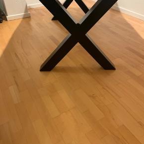 Ulfborg massiv eg spisebord fra My Home sælges. Bordet blev købt for 3 uger siden og næsten som ny, den er kun blevet købt et par gange. Stolene på billedet er velour i grå, og kan sælges med hvis man er interreseret stk pris er 150kr.