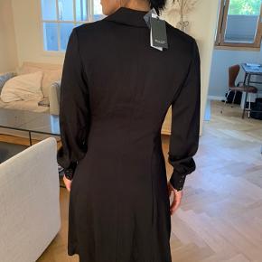 Skal denne kjole være din Sand kjole med et klassisk snit Arldrig brugt