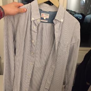 Brugt en 10 gange  Pisse fed skjorte til sommeren  NP 900kr  Min pris 200kr