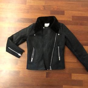 Har denne lækre læder jakke fra MbyM i str. xs  Jeg har brugt den få gange. Det er 100 procent ægte læder og inden i jakken er lammeskind.  Skriv hvis jeg skal sende flere billeder evt. ☺️