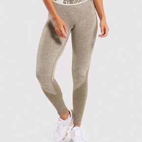 Sælger disse mega lækre gymshark træningsbukser i Khaki! Fremstår som nye, sælges da de er for store til mig Str S
