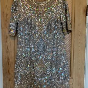 Fantastisk festlig paillet-kjole fra ASOS. Nude kjole med sølvfarvede pailletter. Så vidt jeg kan se, mangler der en enkelt lille paillet foran.