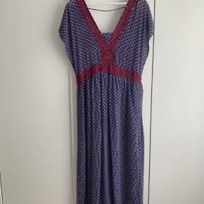 Smuk kjole. Den er desværre for stor til mig og jeg er SÅ ærgerlig over ikke at kunne passe den. Den fejler intet og har kun været brugt én gang.