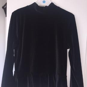 Velour kjole fra grovy Str: 164 Np: omkring 400kr Mp: 50 kr inkl fragt Brugt en gang