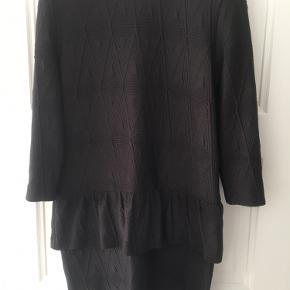 Kjole med peblum og indsyet mønster i stoffet. Køber betaler fragt :)