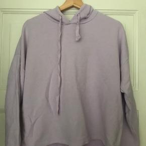 Lilla hoodie, brugt max. 5 gange