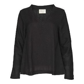 Varetype: Smukkeste bluse - Long sleeves Størrelse: ONE SIZE Farve: 2 sort Oprindelig købspris: 795 kr. Prisen angivet er inklusiv forsendelse.  SHIRT V, LONG SLEEVES i deres mørkeste farvekombi   Brugt en gang, så helt som ny   Se gerne min profil for flere designervarer - go´samlet pris gives