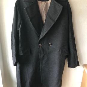 Ved ikke om den er brugt et par gange Fed frakke i tweed med et par store lommer i siden, 2 knapper foran og ellers klassisk  Bytter ikke   FED FRAKKE  Farve: Grå Oprindelig købspris: 499 kr.