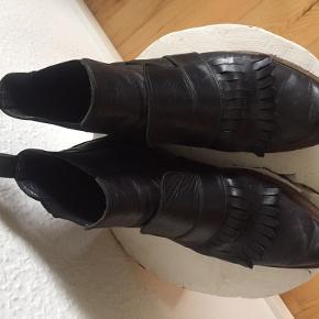 Bagstoppen på venstre støvle er i stykker, men ikke værre end, at det kan repareres.