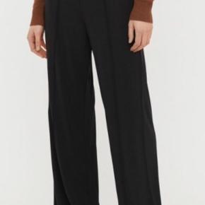 Skønne bukser i viscose, meget store i str og kan passes af m/l. Brugt to gange. Handler kun ts.