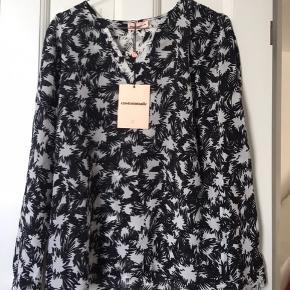 Meget fin tunika i silke. Aldrig brugt - stadig med tag.  Sælger andet fra custommade og fra andre lækre mærker