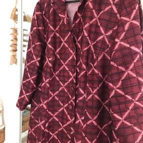 Smuk vintage kjole i et smukt mønstret design!🌸 Skriv gerne for mere info eller flere billeder - Obs fra røg-frit hjem!♻️  OBS arvet fra min bedstemor så kan garanterer den er vintage!  #vintage #kjole #vintagekjole #mønstretkjole #midikjole #madeindenmark