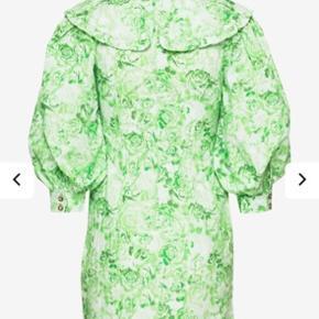 Helt ny ganni kjole, med Peter pan krave og det smukkeste blomster mønster 🍀 Aldrig brugt og stadig med pris mærke.   #Secondchancesummer