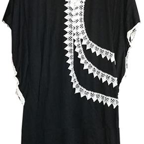 Sød sort tunika fra Cicico i str L/XL, brystvidde 49 cm, længde fra skulder ca. 88 cm. stoffet er i polyester og bomuld brugt få gange og i fin stand #30dayssellout