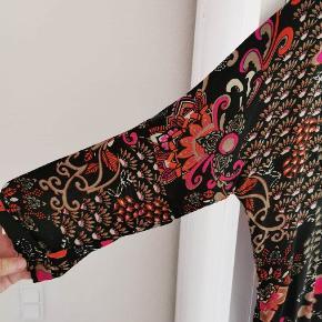 Rigtig flot kjole fra masai i STR s . Vil mene den svarer til STR 42 . ( Ca ) har været på den gang og skyllet op een gang . Som ny .  Viscose