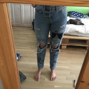 Et par hullede jeans som jeg selv har tegnede på👍🏼