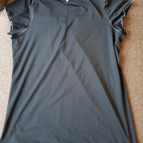 Loose fit T-shirt med lang pasform, kun brugt få gange.