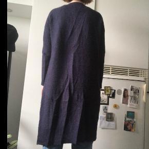 Mørkeblå/lilla uldcardigan fra Gestuz med lommer og en knap. Byd gerne