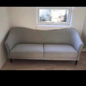 Super flot og velholdt sofa fra ILVA, næsten ikke brugt. Kommer fra et ikke ryger hjem. 3 år gammel 210 cm Lang  88 cm Høj 85 cm Bred  Bud modtages! Ny pris: 9000 kr  Afhentes i Ishøj