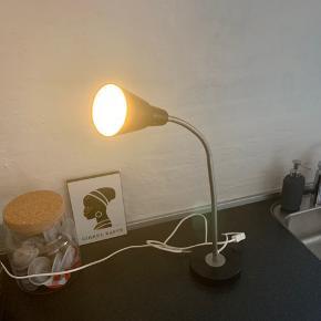 Sælger denne lampe, da vi aldrig har brugt den. Giv et bud.