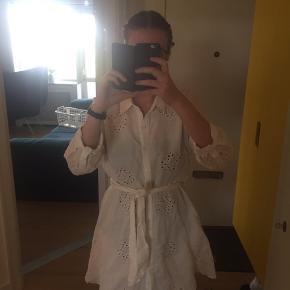 Sommerlig hvid kjole. 🌻 Den er en smule gennemsigtig, så en underkjole eller lign. Er en god idé.  Den er nærmere en størrelse L end XXL.