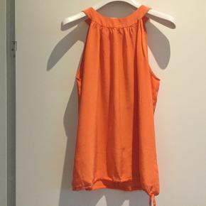 Skøn top i 100 % silke, med bindebånd i nakke og forneden. Belgisk str. 40 synes den svarer til en str 38. Kan også bruges af en 36. Brugt få gange.