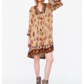 Sælger denne smukke kjole fra Zara ved rette bud 🌻 nyprisen var 500kr, og den har blot været på en enkelt gang. Kjolen er en str L, men fitter nærmere en str M.💐
