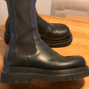 Bottega veneta støvler - Lv Log Boots. Meget populære.   Fra oktober 2019, men brugt sparsomt. Æske + dustbag medfølger.  Skoen er brugt en sæson, hvorfor der selvfølgelig er tegn på slid, men som billederne viser er standen super god.   Nypris 6600,- og udsolgt mere eller mindre over det hele.