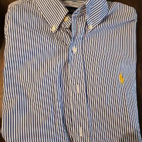 Lækker Ralph Lauren skjorte   Brugt én gang men da den er for lille, så sælger jeg den. Derfor fejler den heller ikke noget.  Str. Small  Normal pris 699 kr