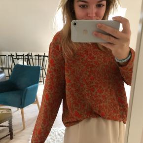 Fin bluse med blomster mønster. Desværre aldrig brugt :(