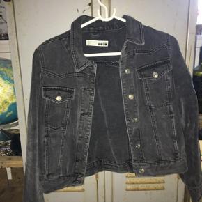 Mørk denim jakke fra mærket Topshop. Aldrig brugt.  Kom med et bud :)