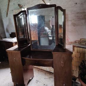 Fint gammelt sminkebord med spejl.