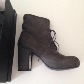 Lækre støvler med klokhæl.