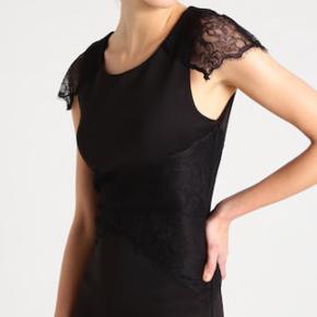 Smuk kjole. Figurformet med sødt blondærme og talje.  **Køb 3 stk og få den billigste gratis*** Glæder på alle annoncer med denne tekst  II