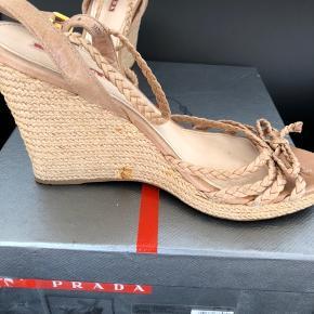 Fine Prada siv stiletter i str 39, fin stand, lidt udtræk af lim på den ene sko, pris sat derefter. Æske og pose medfølger. Bytter ikke ;)
