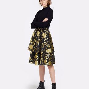 Guld/sort nederdel.  Bytter ikke !!